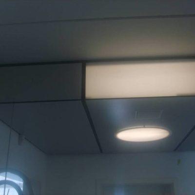 Abgehängte Holzdecke mit  Lichtsystem