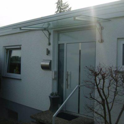 Haustüre in Alu Typ 08-033 in RAL 7035  mit Glasvordach